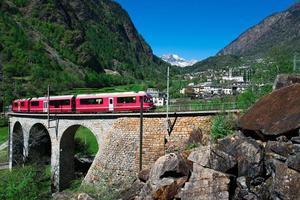 passage till Brusio helikida viadukt av Bernina röda tåget foto