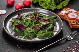 färsk saftig sallad med blad av mangold, rucola, spenat och rödbetor foto