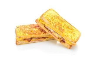 fransk toast skinka, bacon och ostsmörgås med ägg isolerad på vit bakgrund foto