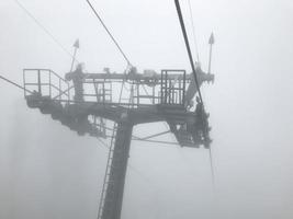 linbanan i dimma. Kaukasusbergen. Sotji-området, Ryssland foto