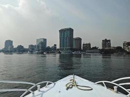 utsikt från en båt. stora byggnader vid Nilen. Kairo City, Egypten foto