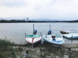 små motorbåtar vid sjön i sokcho city. Sydkorea foto
