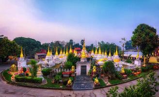 tjugo pagoder är ett buddhistiskt tempel i provinsen Lampang, Thailand foto