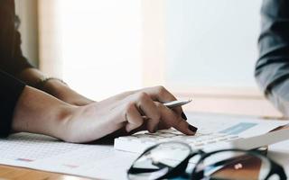 affärskvinna som arbetar inom ekonomi och redovisning foto