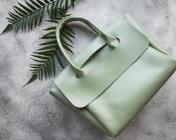 damväska i grönt läder foto