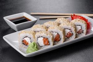 sushirulle sushi med räkor, avokado, gräddost, sesam. sushi-meny foto