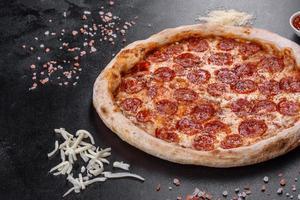 pepperoni pizza med pizzasås, mozzarellaost och pepperoni foto