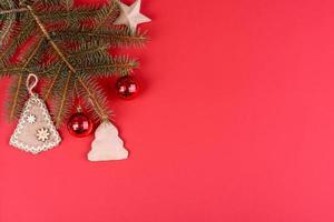 jul röda dekorationer, gran grenar på röd bakgrund foto