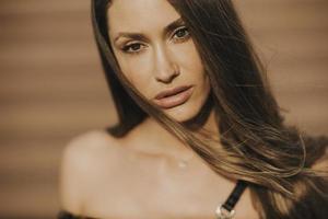 utomhus porträtt av sensuell långt hår brunett kvinna foto