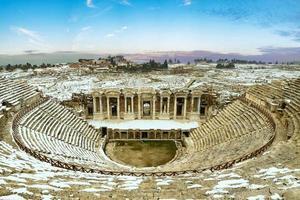 forntida ruin på vintern vid pamukkale hierapolis gamla stad foto