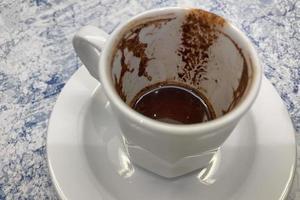 traditionellt turkiskt kaffe i en vit kopp foto