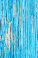 närbild av en gammal trädörr, kricka blå färg skalar av textur bakgrund foto