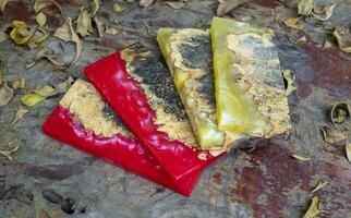 gjutning av epoxiharts lönnträ på bordet foto