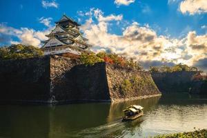 turistbåt vid vallgraven av Osaka slott i Osaka, Japan foto
