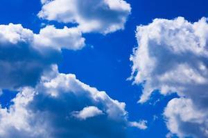 djupblå himmel med vita moln foto