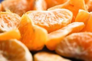 skivor av skalad mandarin foto