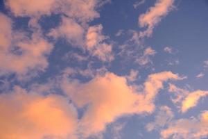 blå himmel med drömmande moln foto