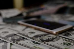 mobiltelefon och pengar foto