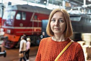 porträtt av en ung kvinna på järnvägsstationen. turism foto
