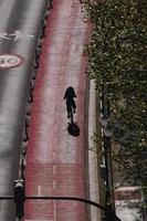 cyklist på gatan i bilbao city spanien foto