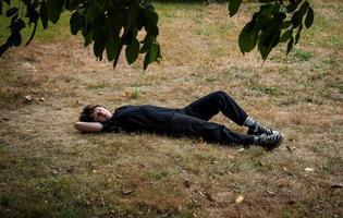 ung tonårsflicka i trädgården foto
