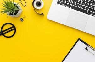 gul skrivbord foto
