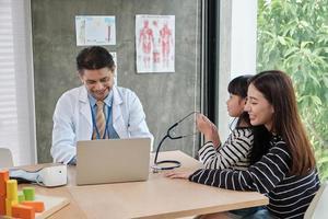 en mamma och dotter dotter examen möte med manliga läkare. foto