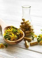 st. johannesört, örtmedicinska piller foto