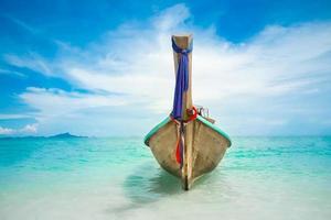 lång båt i havet foto