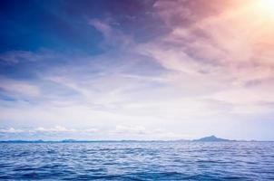blå soligt hav foto