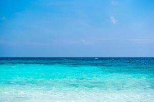 klart havsvatten kan se sandstranden. foto