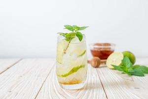 iced honung och lime soda med mynta - uppfriskande drink foto