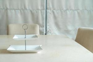 tom vit platta på matbordet foto