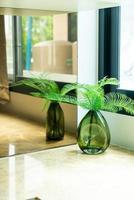 växt eller träd i vasdekoration i vardagsrummet foto