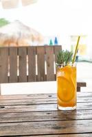apelsinjuice läsk med rosmarin i café restaurang foto