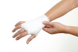 händer med bandage foto