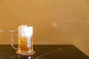 te med äppeljuice och yoghurtskum på toppen foto