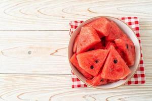 färsk vattenmelon skivad i vit skål foto