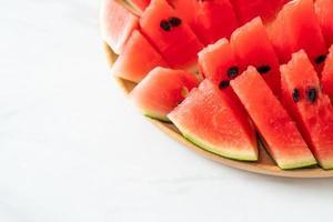 färsk vattenmelon skivad på träplatta foto