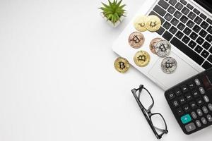 ovanifrån bitcoin bärbar dator. högkvalitativt vackert fotokoncept foto