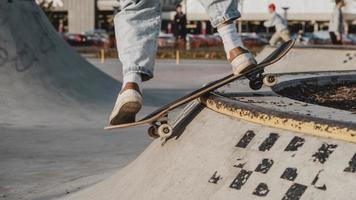 tonåring som har roligt skatepark. högkvalitativt vackert fotokoncept foto