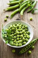 gröna ärtor i vit skål foto