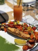 rostad laxbiff med grönsaksgarnering foto