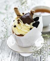 chokladmuffins på vit träbakgrund foto