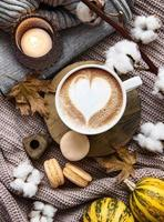 vacker och romantisk höstkomposition med kopp kaffe foto