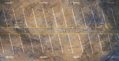 Flygfoto ovanifrån av tom parkeringsplats foto
