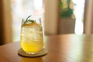 iced citron honung glas med rosmarin i café restaurang foto