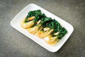 baby kinesisk kål med ostronsås och vitlök - asiatisk matstil foto