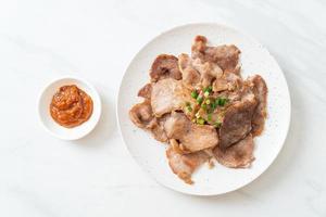 grillad fläskhals skivad på tallrik i asiatisk stil foto