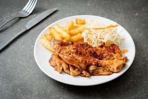 grillad kryddig grill kycklingbiff med pommes frites foto
